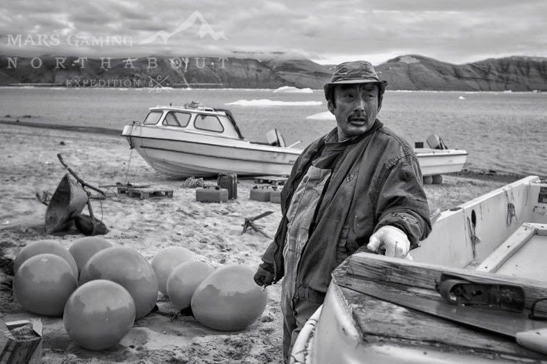 Nuka, el amable vecino que nos ha abierto las puertas de su casa, junto a su lancha en las playas de Soriapaluk.